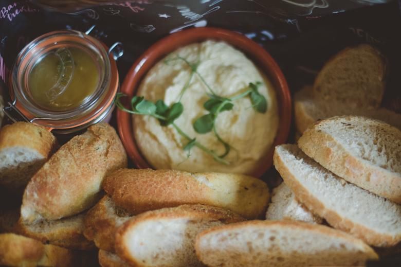 houmus bread